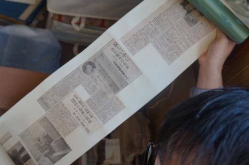 亡くなったときのことや葬儀の様子などを伝える新聞記事のスクラップも巻物になってこれまたたくさん(おそらく祖父製)