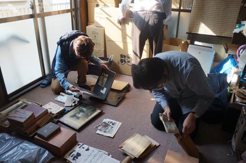 分かる範囲でジャンルに分けて広げておいた。ライター西村さん(右)は古いものが好きすぎてこの日も来てくれています