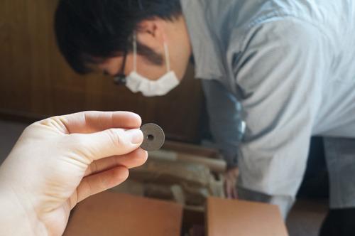 そんなことを思い出していたら西村さんが資料のなかから真っ黒で古そうな5円玉を見つけた。しかし平成元年のもの。なに…