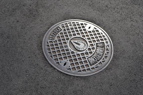 「天然ガスかん水」のめずらしいマンホール