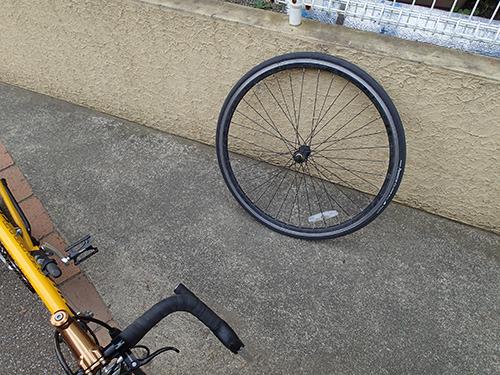 ロードタイプの自転車を普段使いしている人が唯一感じる利点といえばタイヤを簡単に外せることである。対して、数ある欠点の中からあえて3つ挙げならば、転ぶ、パンクする、痔になる、だろうか。負け戦だ。