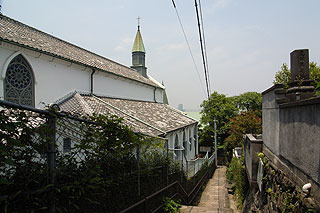 海と教会が見える坂