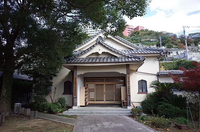 階段を登っていくと、途中に東本願寺というお寺がある。