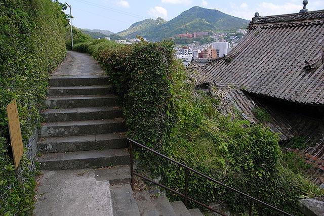 """そこから横に伸びる小道を歩くのも、""""変なところに迷い込んだ感""""があって悪くない。"""