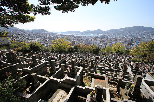 墓石とビルが一体化したかのような、かなりの絶景。