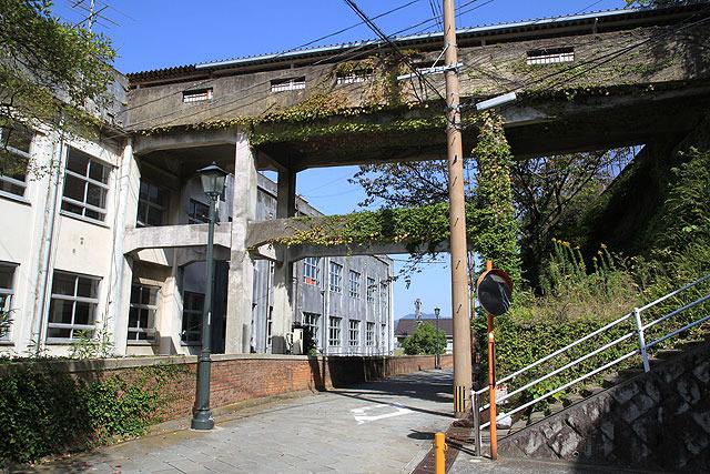 左が校舎。道路を隔てて右側にプールがあり、渡り廊下もしくは階段を登って行く。(2009年撮影)