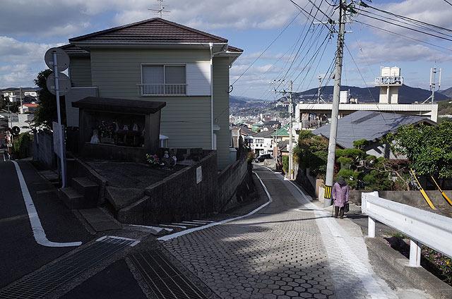 車道と合流。ここがピントコ坂の終着点のようだ。その先に長崎南高校がある。