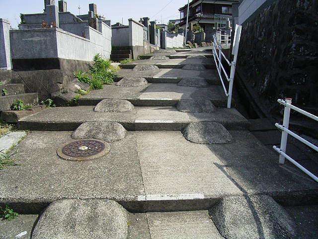 ちなみにずっと前に訪れた時は、こんな坂だった。ボコボコしたのは車が通る用かな…すごいなと思ったが、今はもうなくなっていた。(2004年撮影)