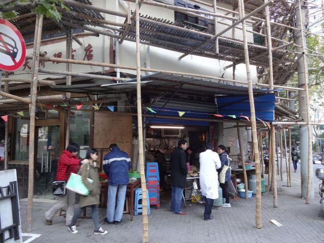 隠すことなく堂々と竹が使われている。その下にはいつも通りの生活がある