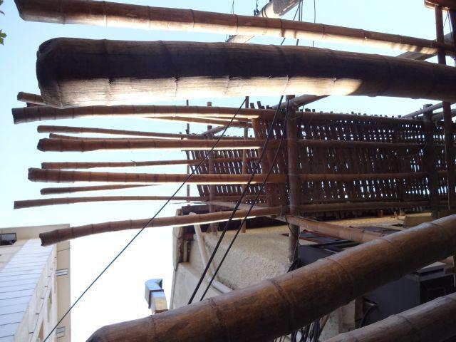 下から見上げる。金属と違い、それぞれ材料に個性がある。世界にひとつだけの竹。
