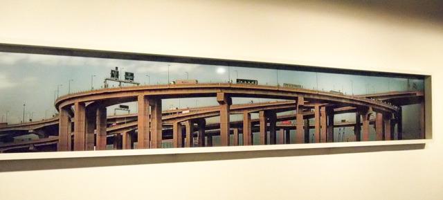 いきなりジャンクションの巨大な横長写真から始まるし。大山さんの写真展か。