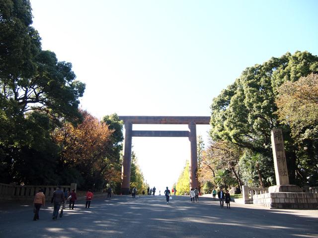 というわけで靖国神社にやってきた。相変わらず、木々の紅葉と空とのコントラストが美しい。