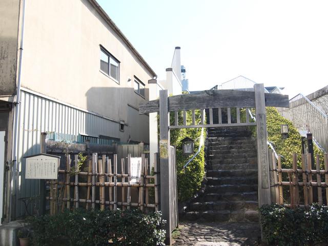 銅像があるのは川沿い、階段を上った先