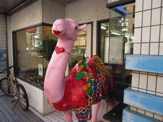 ……美容院の前に、なぜかピンクのラクダ。