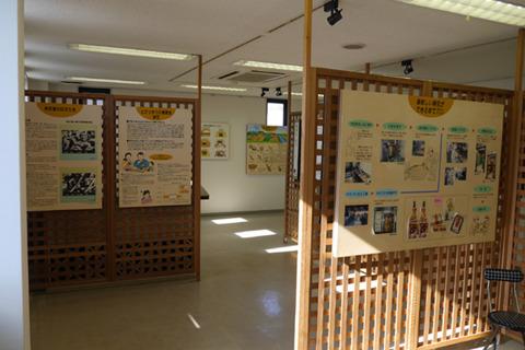 納豆の歴史の展示館も併設されている。旅行の団体客が来て、歴史見て工場見ておみやげを買っていくそうだ。なるほど。