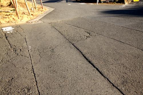 住宅街では、下水などの整備で直線に切られた道路をよく見かける