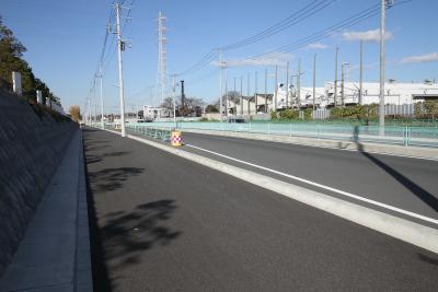 こんなピカピカな新品道路も、いずれはボコボコになるのだ