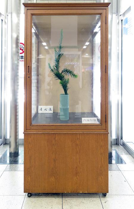 生け花の雰囲気に合わせてか、たいていBOXは木目調だ(JR三ノ宮駅)
