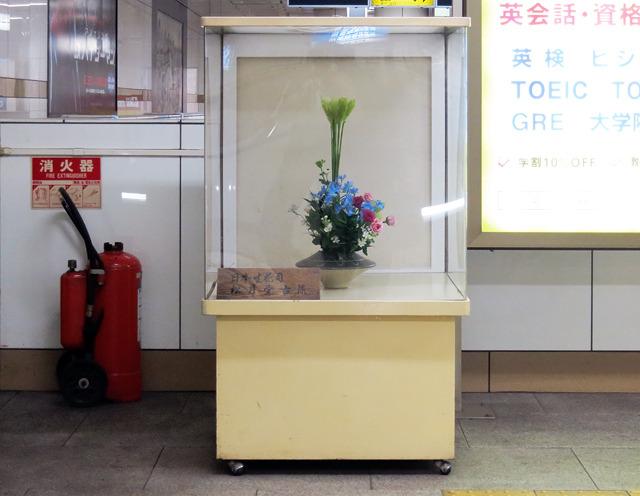 こっちは阪神の三宮駅の生け花BOX。木目調ではない、モダンなデザインにぐっとくる。