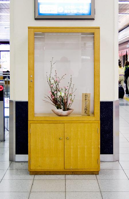 こちらは広島駅。セオリー通りの木目調BOX。やや幅のある堂々たる佇まいはさすが。