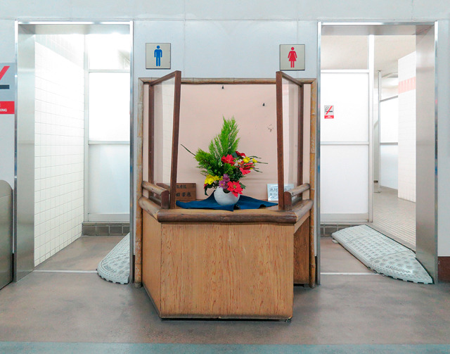 ホーム上、トイレ入り口の間に。台形で両脇だけにガラスという見たことのない形も楽しい。見とれて漏らしそう。湘南モノレール大船駅。