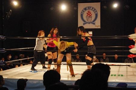 ガンガン攻め込む彩選手(右)とHIROMI選手(左)。