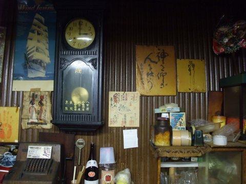 深夜3時を知らせる柱時計。江川のサイン色紙もあった。