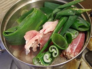 ラーメンのスープをつくるときの癖で、ネギとショウガもたっぷりと入れてみた。