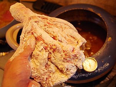 手羽元をそのまま揚げようとしたら、鍋からはみ出そうになり断念。どれだけでかいんだ。