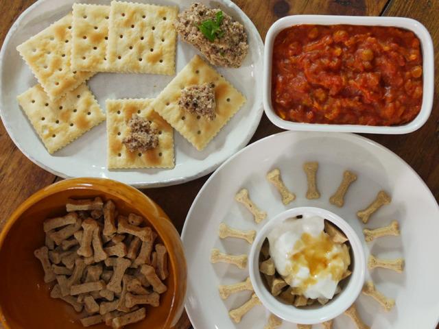 鶏のペースト、ドライフードのトマト煮、シリアル風ドライフード、チーズ味のドライフードはそのままで。ペットフードでパーティーができてしまう