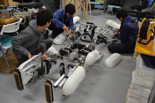 整備中の外骨格ロボ
