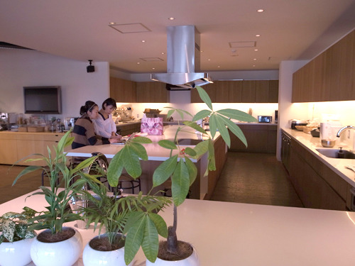 本日調理&試食の舞台となるクックパッドさんのキッチンスタジオ! きれい! おしゃれ! 調理道具なんでも完璧にそろってる! すごい!