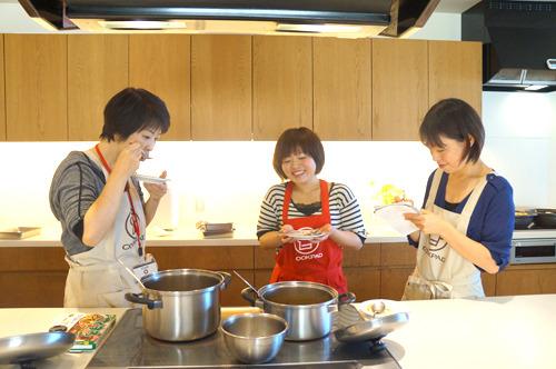 まずは調理陣が立ったままいそいそと試食