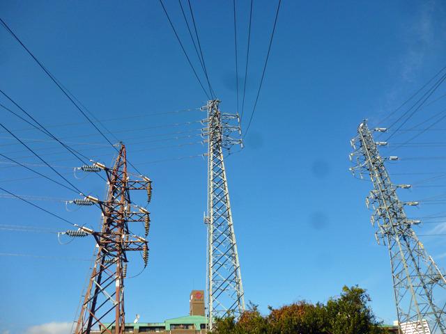 直角に曲げて変電所の中に電線を引き込んでいる