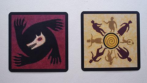 左のカードを引いた人が人狼。右が善良な村人。