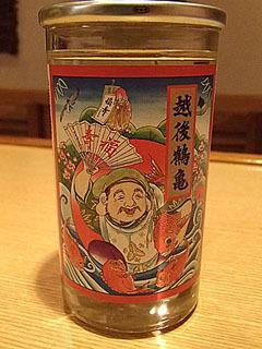 新潟県の株式会社越後鶴亀の「越後鶴亀特別純米」。サラリとキレのある味わい。ラベルがやたらにめでたい感じ。