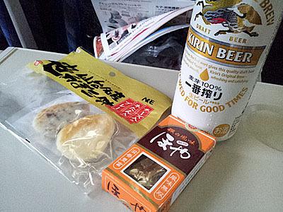 缶ビールと乾き物。夕方の東京に向かう特急電車内では各所でプシュッ!という音がしますよね。
