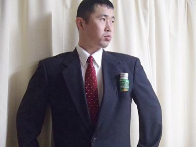 スーツの胸ポケットにフィットする違和感の無さ。