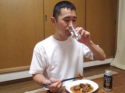 濃いツマミは酒の量が増える。