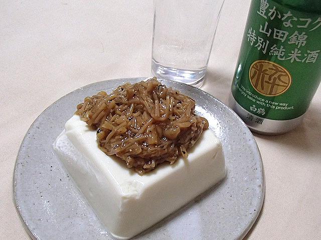 夏場なら冷えた豆腐に大根おろしを乗せてから混ぜ合わせたなめ茸を乗せるのもいいです。