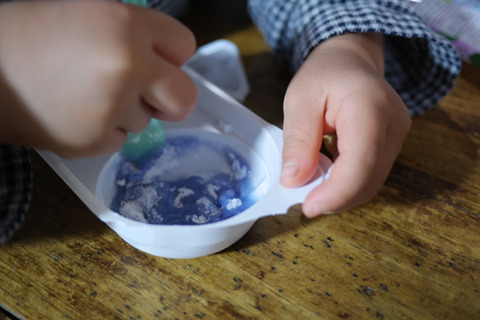 ねるねるねるね。白い粉に水を入れると色が変わり、もうひとつの粉を入れるとまた色がかわってふくらむお菓子。生誕28年、30代以下は特になじみ深いか。