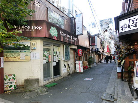 JR中野駅北口から徒歩3分、居酒屋に囲まれた激シブの青汁屋。