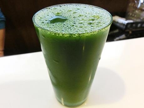 グラスのフチすれすれまでたっぷりの青汁。
