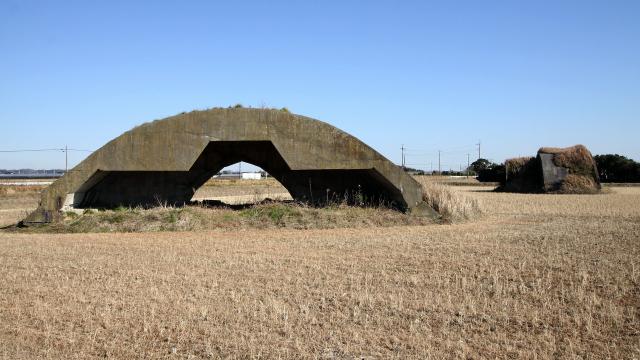 田んぼの中にポツンとたたずむ、カマボコ型のコンクリート