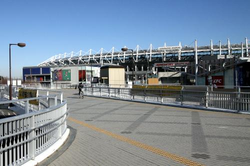京王線の飛田給駅から歩き、味の素スタジアムを横切る
