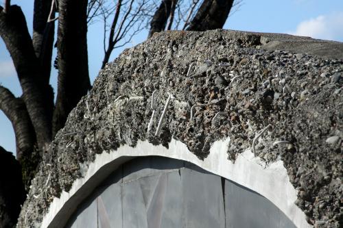 特に正面は崩れかかっており、砂利や鉄筋が露出している