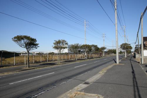香取飛行場跡の敷地沿い、真っ直ぐな道を進む