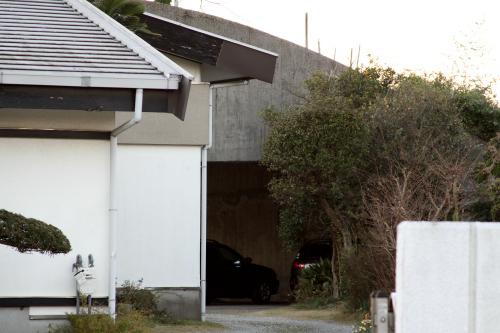 個人宅の敷地奥に、さりげなくある掩体壕