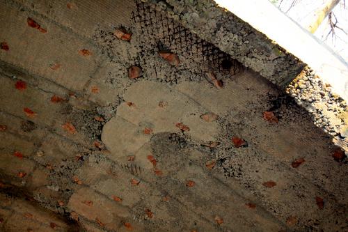 セメントに混ぜられた赤い石が妙にかわいい掩体壕