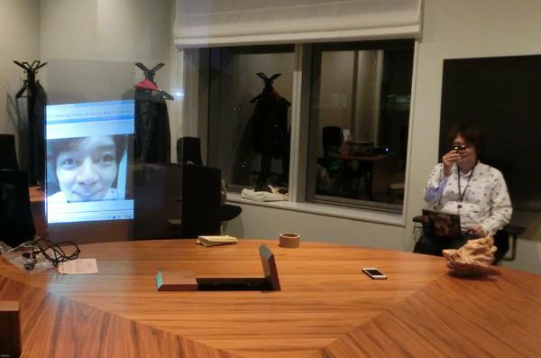 右で手に持ったカメラの映像を左のスクリーンに投影してます